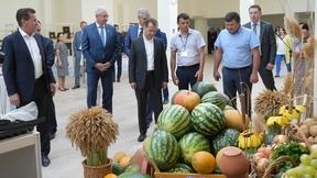 Осмотр выставки сельскохозяйственной продукции Астраханской области