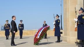 Дмитрий Медведев возложил венок к Монументу павшим героям