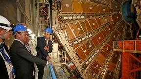 Во время осмотра детектора эксперимента ATLAS Большого адронного коллайдера Европейской организации ядерных исследований (ЦЕРН)