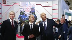 Осмотр выставочных стендов Московского финансового форума