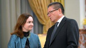 Председатель Центрального банка Эльвира Набиуллина и глава Минэкономразвития Алексей Улюкаев перед заседанием Правительства