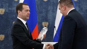 Вручение правительственной премии 2015 года в области качества Денису Игнатьеву, заместителю генерального директора научно-производственного предприятия «Буринтех»