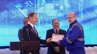 Вручение благодарностей Правительства Российской Федерации. Со слесарем по ремонту оборудования Виктором Архиповым