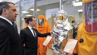 Осмотр выставочной экспозиции, посвящённой результатам научно-технической деятельности в системе МЧС России