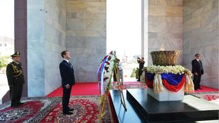 Возложение венка к Монументу Независимости
