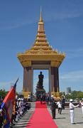 Возложение венка к памятнику бывшему королю Камбоджи Нородому Сиануку