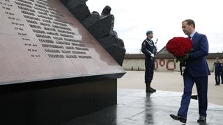 Дмитрий Медведев возложил цветы к памятнику псковским десантникам 6-й роты