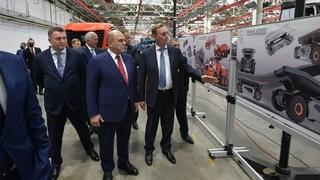 Михаил Мишустин посетил автомобильный завод ПАО «КамАЗ». С генеральным директором ПАО «КамАЗ» Сергеем Когогиным (справа)