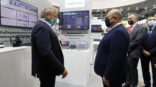Михаил Мишустин осмотрел выставку «Иннопром-2021». С главой АО «Лаборатория Касперского» Евгением Касперским