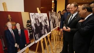 Дмитрий Медведев и Премьер-министр Вьетнама Нгуен Суан Фук осмотрели выставку фотографий российского информационного агентства ТАСС и Вьетнамского информационного агентства «Россия-Вьетнам: велико расстояние, но близки наши сердца»