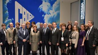 Совместное фотографирование Владимира Путина и Дмитрия Медведева с сотрудниками музея