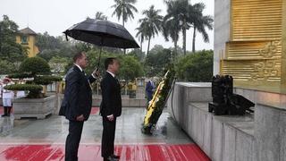 Дмитрий Медведев возложил венок к Мемориалу павшим героям в Ханое