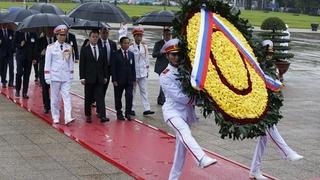 Дмитрий Медведев возложил венок к Мавзолею Хо Ши Мина в Ханое