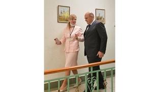 Михаил Мишустин посетил Дмитровский комплексный центр социального обслуживания населения. С директором центра Еленой Гавриловой