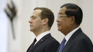 С Премьер-министром Камбоджи Хун Сеном во время церемонии официальной встречи