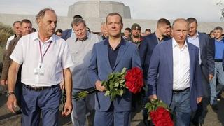Возложение цветов к памятнику защитникам Севастополя