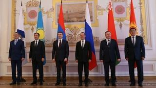 Совместное фотографирование глав делегаций-участников заседания Евразийского межправительственного совета
