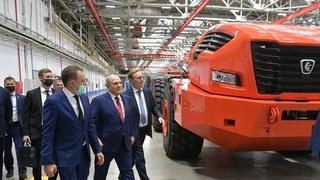 Михаил Мишустин посетил автомобильный завод ПАО «КамАЗ». С генеральным директором ПАО «КамАЗ» Сергеем Когогиным