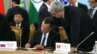 Подписание документов по завершении заседания Совета глав правительств государств – членов ШОС