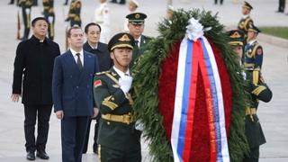 Возложение венка к Памятнику народным героям