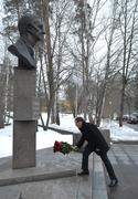 Возложение цветов к памятнику первому научному руководителю федерального ядерного центра Ю.Б.Харитону