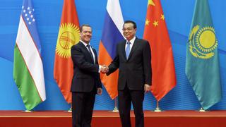 C премьером Государственного совета КНР Ли Кэцяном перед началом церемонии совместного фотографирования с главами правительств государств – членов ШОС