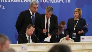 Подписание документов по завершении заседания Совета глав правительств государств – участников СНГ