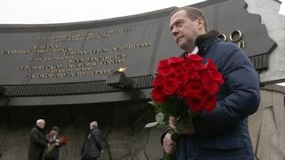 Возложение цветов к Монументу героическим защитникам Ленинграда
