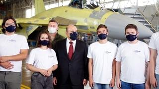 Михаил Мишустин и студенты Московского авиационного института – участники проекта «Авиапрактика на КнААЗе»