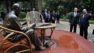 На территории Президентского дворца у памятника Хо Ши Мину