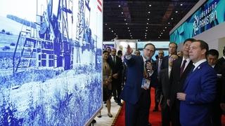 Осмотр экспозиции Первой китайской международной импортной выставки
