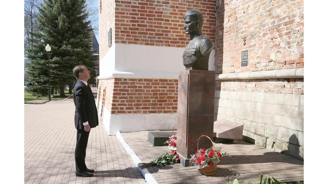 Возложение цветов к бюсту Героя Советского Союза М.А.Егорова