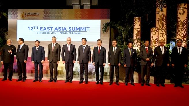 Совместное фотографирование глав делегаций стран – участниц 12-го Восточноазиатского саммита