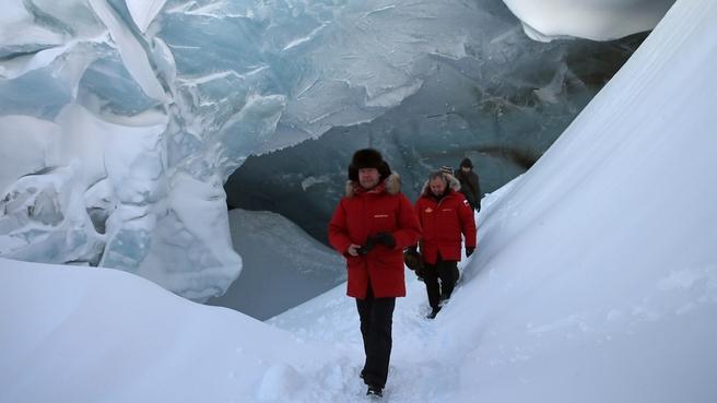 Посещение пещеры Ледника полярных лётчиков на острове Земля Александры архипелага Земля Франца-Иосифа