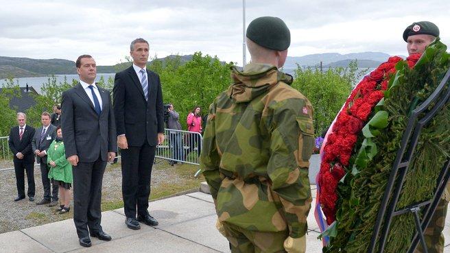 Возложение венка к мемориалу советскому воину-освободителю
