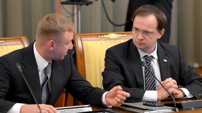 Глава Минобрнауки Дмитрий Ливанов и глава Минкультуры Владимир Мединский перед заседанием Правительства