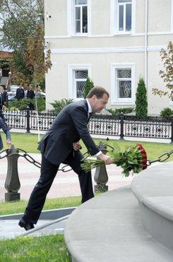 Возложение цветов к мемориалу Отечественной войны 1812 года