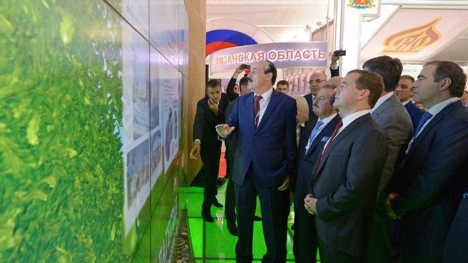 Осмотр выставочных стендов XII Международного инвестиционного форума «Сочи-2013». Слева на первом плане - Президент Дагестана Рамазан Абдулатипов