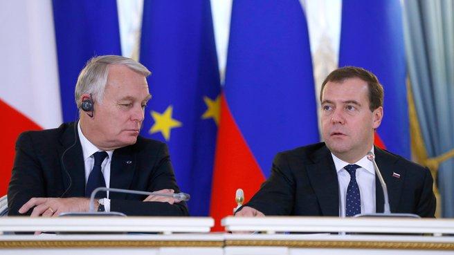 C Премьер-министром Франции Жаном-Марком Эйро во время пресс-конференции