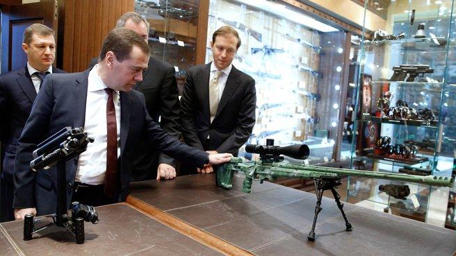 Осмотр образцов стрелкового оружия российских производителей