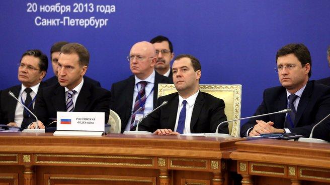 С Первым заместителем Председателя Правительства Игорем Шуваловым и главой Минэнерго Александром Новаком