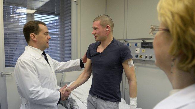 С пострадавшим в результате теракта на вокзале Волгограда полицейским Виталием Цыгановым