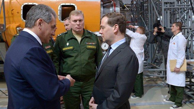 C главой Минобороны Сергеем Шойгу и начальником 1-го Государственного испытательного космодрома Минобороны Николаем Нестечуком
