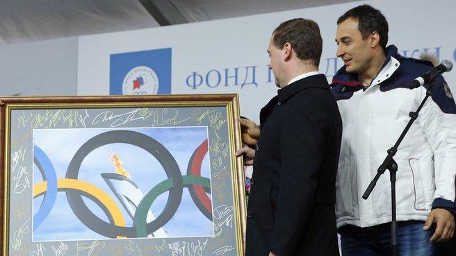 Подарок главе Правительства  с автографами победителей и призёров XXII Олимпийских игр