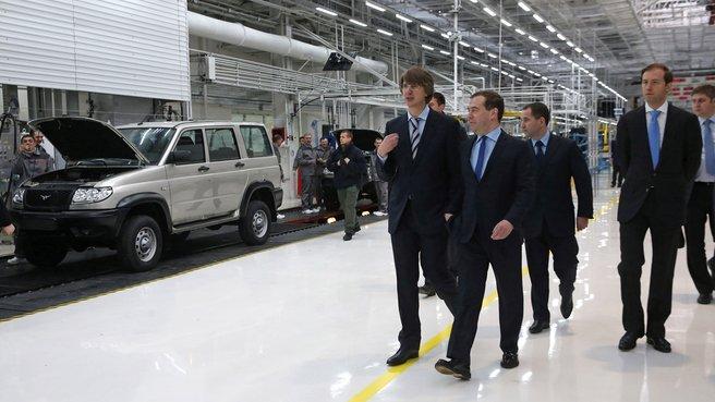 Осмотр главного сборочного конвейера автомобилей «УАЗ-Патриот»