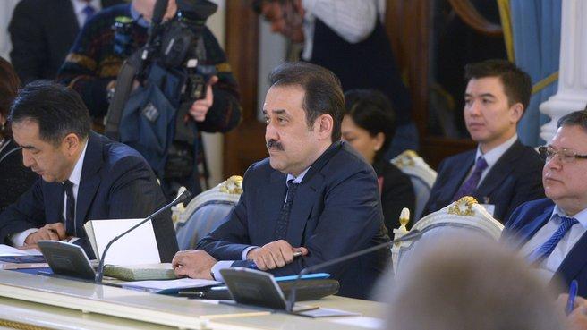 Премьер-министр Казахстана Карим Масимов (в центре)