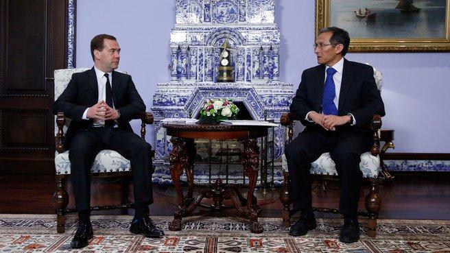 С Премьер-министром Киргизии Джоомартом Оторбаевым