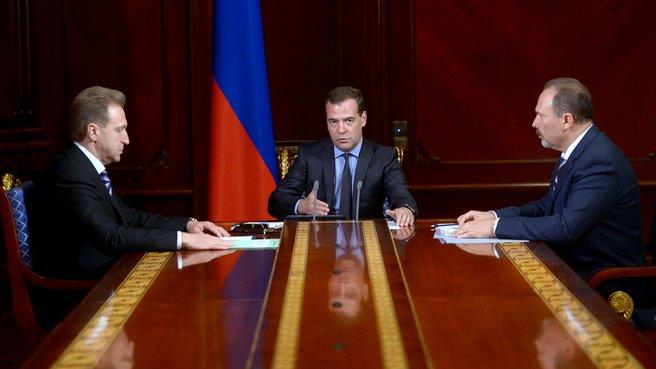 С Первым заместителем Председателя Правительства Игорем Шуваловым и  Министром строительства и жилищно-коммунального хозяйства Михаилом Менем