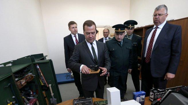Осмотр Шушарского таможенного поста. Справа – руководитель Федеральной таможенной службы Андрей Бельянинов
