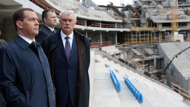 Осмотр строящегося футбольного стадиона на острове Крестовский. Справа – губернатор Санкт-Петербурга Георгий Полтавченко